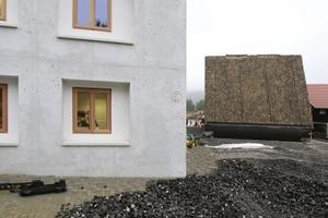 Links - Rat- und Bürgerhaus - steht ein Neubau, ebenfalls in Dämmbeton (Arch.: Peter Haimerl)<br />