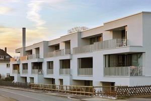 Durch Vor- und Rücksprünge sowie die verschiedenen Breiten übereinanderliegender Wohnungen wird der Baukörper strukturiert. Er orientiert sich an der kleingliedrigen Stadtstruktur der historisch gewachsenen Hansestadt Lemgo