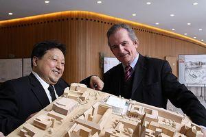 Landtagspräsident Hermann Dinkla (r.) mit dem 1. Preisträger, Professor Eun Young Yi