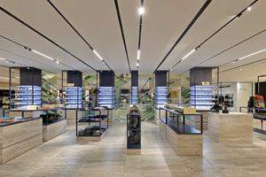 """Das feinsinnige Design der Mailänder Innenarchitekten Storage Associati für die Warengruppen """"Men's Shoes and Accessories"""" in der ersten Etage des KaDeWe wird von linearen Lichtsystemen unterstrichen"""