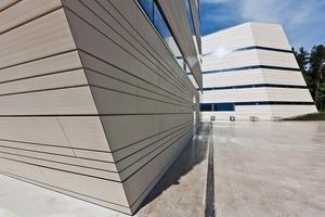 """<div class=""""10.6 Bildunterschrift"""">Die etwa 3m langen, keramischen Fassadenplatten sind exakt so ausgerichtet, dass alle Fugen und Nuten parallel um das Gebäude laufen. Wichtig war es, mit einer speziellen Unterkonstruktion die Fugendicht-heit des Fassadensystems gegen Schlagregen zu gewährleisten</div>"""