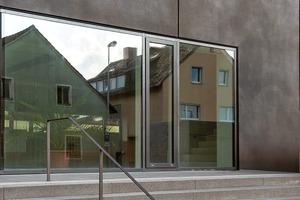 """Der Architekt nennt das Material """"gewaschener Architekturbeton"""". Die Betonoberfläche wirkt strukturiert und ist natursteinähnlich"""