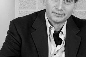 """<div class=""""autor_linie""""></div><div class=""""dachzeile"""">Autor</div><div class=""""autor_linie""""></div><div class=""""autor_linie""""><span class=""""ueberschrift_hervorgehoben"""">Dr.-Ing. Nikos Vliamos</span> studierte Architektur und Wirtschaftsingenieurwesen an der RWTH Aachen mit Promotion zum Dr.-Ing. Seit 1990 ist er selbstständig und Chefarchitekt des Büros Dr.-Ing. N. Vliamos und Partner Architekten * Beratende Ingenieure Bad Homburg.Fachliche Schwerpunkte sind u.a. Hochbauten mit Schwerpunkt komplexe Umbaumaßnahmen, Schulbauten, Technologie- und Schulungszentren, Brandschutz. Der Autor ist Sachkundiger für den Brandschutz und Zertifizierter Sachkundiger der Architektenkammer Hessen für Brandschutzplanungen (Gebäudeklasse 5 und Sonderbauten).<br /></div><div class=""""fliesstext_vita"""">Informationen: www.brandschutz.bureauveritas.de</div>"""