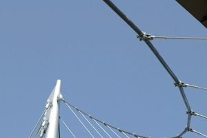 links: Der Mast misst 43m. Durch das Abspannen der Mastspitze mit Seilen in zwei Achsen wird die Verformung der Brücke begrenzt<br />