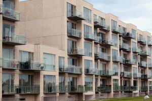Die Fassade der Wohnan-lage Porthuset in Dänemark (Holgaard Arkitekter, Kopenhagen) wurde mit Weißzement hergestellt<br />