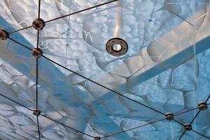 Zusammen mit dem Designer Paolo Monaco entwickelten die Architekten ein auf die Größe der Druckwalze abgestimmtes Seifenblasen-Muster