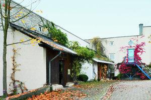 Die Wohnnachbarschaft Dönchekante GbR, Kassel, ursprünglich als Teil der später verkleinerten documenta urbana geplant, wurde mit einer Baugruppe aus 10 Parteien, eine davon eine 7-köpfige WG, 1983 fertiggestellt