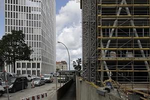 Links der Tour Total, rechts vorne das 50 Hertz von Love architecture<br />