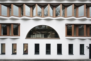Zentrum Riegelbau mit Blick auf die Zickzackfensterbänder und das große Halbrund vor der dahinterliegenden zentralen Halle