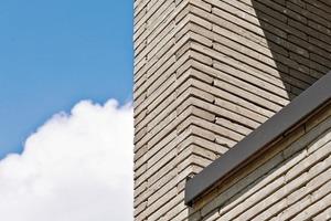 """<div class=""""10.6 Bildunterschrift"""">Gestalterisch dominiert der Vormauerziegel Polaris aus dem Programm Terca-Fassadenlösungen von Wienerberger. Er ist hellgrau nuanciert gedämpft, mit einer sehr dünnen Lagerfuge vermauert und korrespondiert mit der Farbgebung der Fenster und Fassadentafeln</div>"""
