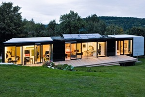 30 m² Solarzellen und 10 m² Solarthermie wurden soweit wie möglich in den Baukörper integriert. Der Wunsch des Bauherren: Die großen Fensterflächen mit halbtransparenten Solarmodulen zu bestücken, was bislang viel zu teuer ist<br />