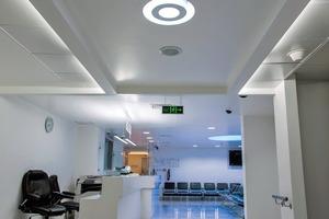"""<div class=""""10.6 Bildunterschrift"""">TRILUX Medical installierte im Wartebereich eine Lichtdecke, deren weiße, rote, grüne und blaue Leuchtstofflampen mittels einer Lichtsteuerung eine angenehme Atmosphäre schaffen. In der Endoskopie wurden Versorgungseinheiten, Raumbeleuchtung und ein Deckenversorgungssystem installiert. Darüber hinaus erhielt die Tagesklinik eine ansprechende Beleuchtung, die das Wohlbefinden von Patienten und medizinischem Personal fördert</div>"""