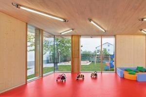 Mit bodentiefen Fenstern schaffen die Architekten den direkten Bezug zur Umgebung