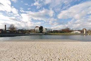 Staßfurt: Die neue Mitte von Staßfurt. Der 1. Bauabschnitt mit See und unmittelbarem Uferbereich konnte im März 2008 den Bürgerinnen und Bürgern zur öffentlichen Nutzung übergeben werden.