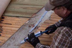 Bei einem geschalten Dach wird die Schalung im Bereich der Mauerkrone entfernt damit die Dampfsperre luftdicht angeschlossen werden kann