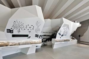 Die regelmäßige Zellanordnung manipulierten die Architekten durch das Plug-in, um Nischen, Durchgänge und Vitrinen zu integrieren