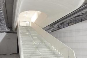 Die große Treppe hinab auf Untermainflußbettniveau ... auftriebgesicherte Betonwanne und nach innen versetzte Raumabschlüsse werden die Feuchtigkeit von den Richters, Boltanskis, Baselitzen oder Kiefern abhalten