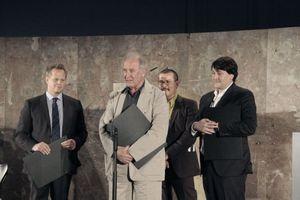 Der Sonderpreis ging an die Neue Deutsche Bank, Frankfurt a. M. (v. l.): Martin Tüns von der Deutschen Bank, Volkwin Marg von gmp und Mario Bellini Architects (im Hintergrund Peter Cacholo Schmal)