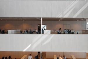 """<div class=""""13.6 Bildunterschrift"""">Es gibt jeweils zwei Reihen von Arbeitsplätzen:Diejenigen, die an der Gebäudeaußenseite liegen und direkt von außen belichtet werden oder die, die an einem der zwei Atrien liegen und indirekt belichtet werden</div>"""