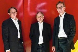 """<div class=""""fliesstext_vita"""">v.r.n.l. <strong>Holger Rübsamen</strong><br />1977-85Architekturstudium, Dortmund<br />1979-88Mitarbeit in diversen Büros </div><div class=""""fliesstext_vita"""">1987Gründung M.E.R.K. Architekten<br />1987Berufung in den BDA</div><div class=""""fliesstext_vita"""">1998-02Vorsitzender des BDA Bochum<br />1989-00Lehrtätigkeit Univ. Dortmund<br />2001-06Gestaltungsbeirat </div><div class=""""fliesstext_vita""""></div><div class=""""fliesstext_vita""""><strong>Detlef Laskowski</strong><br />1972-75Studium des Bauingenieur</div><div class=""""fliesstext_vita"""">wesens an der FH Bielefeld </div><div class=""""fliesstext_vita"""">1979-84Studium des konstruktiven </div><div class=""""fliesstext_vita"""">Ingenieurbaus in Dortmund</div><div class=""""fliesstext_vita"""">seit 1985selbständiger Tragwerksplaner in Bielefeld </div><div class=""""fliesstext_vita""""></div><div class=""""fliesstext_vita""""><strong>Boris E.Biskamp</strong></div><div class=""""fliesstext_vita"""">1992-98Architekturstudium, TU-Dresden, Universität Dortmund<br />1998-00Mitarbeit in diversen Büros</div><div class=""""fliesstext_vita"""">2000-01selbstständig in Bochum<br />2001-05Büro Rübsamen+Partner </div><div class=""""fliesstext_vita"""">Architekten und Ingenieure<br />2006Berufung in den BDA Ingenieure<br /></div><div class=""""fliesstext_vita"""">Partnerschaftsgesellschaft, seit 2006 mit Boris E. Biskamp, Detlef Laskowski</div>"""