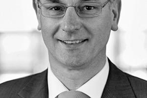 """<div class=""""autor_linie""""></div><div class=""""dachzeile"""">Autor</div><div class=""""autor_linie""""></div><div class=""""fliesstext_vita""""><span class=""""ueberschrift_hervorgehoben"""">Volker Merker</span></div><div class=""""fliesstext_vita"""">studierte Architektur und Städtebau an der Universität Dortmund. Er hat 25 Jahre Berufserfahrung als Architekt und 20 Jahre Projekterfahrung im Gesundheitswesen. Seit 2011 ist Merker Inhaber der mam – merker architektur management GmbH in Lübeck, deren Kompetenz in der Nutzwertanalyse des Bestandes und Anlagenbewertung von Liegenschaften, der Nutzerbedarfsplanung und Entwicklung funktionaler Konzeptionen, der Funktionsplanung idealisierter Betriebsabläufe und Raumprogrammierungen sowie dem Wettbewerbs- und Projektmanagement liegt.</div><div class=""""autor_linie""""></div><div class=""""fliesstext_vita""""><a href=""""http://www.merker-architektur.de"""" target=""""_blank"""">www.merker-architektur.de</a></div>"""