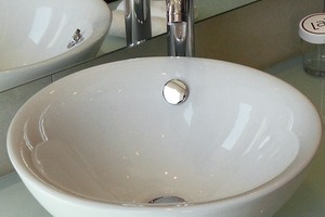"""<div class=""""10.6 Bildunterschrift"""">Die weißen Waschschalen der Serie Venice unterstützen die elegante Ausstrahlung der Hotelbadezimmer</div>"""