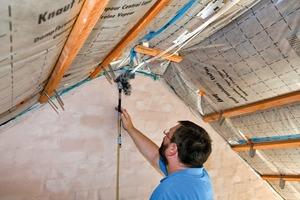 Dreh- und Angelpunkt für ein Plusenergiehaus im Bestand ist die Wärmedämmung der Gebäudehülle, um den Heizenergiebedarf so zu senken, dass im Inneren moderne Niedertemperaturheizungen möglich werden. Auf den Außenwänden wurde das Wärmedämm-Verbundsystem Knauf WARM-WAND Plus aufgebracht. Zweilagig verarbeitete, nicht brennbare Mineralwolledämmplatten der WLG 035 mit insgesamt 24 cm Dicke stellen dabei einen U-Wert der Außenwände von 0,13 W/(m²K) sicher – mehr als 40 % unter den Anforderungen der EnEV 2014 für Bestandsgebäude<br />
