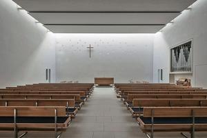 Die Akustik für den Kirchensaal war schwierig, da es für den Saal verschiedene Nutzungsszenarien mit teils widersprüchlichen akustischen Anforderungen gab. Die Predigt am Altar sollte gut zu hören sein, aber auch Chorgesang, das Orgelspiel und Orgelkonzerte sollten den Raum klanglich exzellent erfüllen