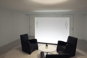 Der Keller muss nicht immer düster sein: Tages-/Kunstlichtgemisch für den Vorraum zu den Toiletten im UG<br />