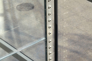 Detailfoto Glasfassade mit Verbindungselement