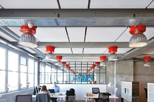 Für Büroräume mit schallharten Flächen ist es für die Akustik und die Stressreduzierung sinnvoll, an der Decke Elemente zur Schallreduktion einzusetzen, da hier die größte Wirkung erzielt wird