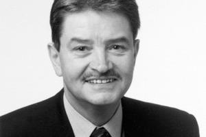 """<div class=""""autor_linie""""></div><div class=""""dachzeile"""">Autor</div><div class=""""autor_linie""""></div><div class=""""fliesstext_vita""""><span class=""""ueberschrift_hervorgehoben"""">Dr. Jürgen Royar</span> promovierte nach einem Studium der Physik. Seit 1974 nahm er in der Saint Gobain Isover G+H AG verschiedene Funktionen wahr, zuletzt mehrere Jahre als Leiter Marketing, von 2004 bis 2007 Leiter der Isover Akademie. Er ist seit über 25 Jahren Mitarbeiter in nationalen (DIN) und internationalen (CEN, ISO) Normenausschüssen mit Schwerpunkt Akustik. Dr. Royar ist seit mehreren Jahren Geschäftsführer der Energiepass Initiative Deutschland (EID) und war Vorstandsmitglied des Bundesarbeitskreises Altbauerneuerung (BAKA). Er war über 25 Jahre Chefredakteur der Fachzeitschrift wksb – Wärmeschutz, Kälteschutz, Schallschutz, Brandschutz.</div><div class=""""autor_linie""""></div><div class=""""fliesstext_vita"""">Informationen: <a href=""""http://www.ibp.fraunhofer.de"""" target=""""_blank"""">www.ibp.fraunhofer.de</a></div>"""