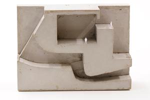 Der Betonguss verdeutlicht die Verbindung zwischen Außen- und Innenraum, sowie die klare Trennung des Gebäudes zum Element Wasser