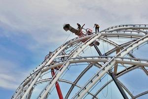 Das Tragwerk besteht aus 10 Stahlbögen, die sich um eine Längs- und eine Querachse auffächern und so ein Netz aus unterschiedlich großen Viereck-Feldern spannen