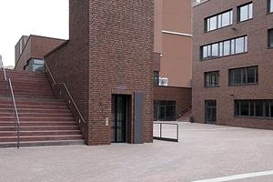 Blick gen Südosten auf Robert-Bosch-Berufskolleg, die vermittelnde Treppe und den Fahrstuhlturm. Dahinter die Glasfront der die beiden Schulen verbindenden Aula