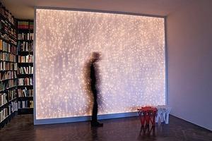 Kleines Kino im Work- Hub. Wird die Leinwand nicht genutzt, verwandelt sich diese in eine Licht-skulptur<br />