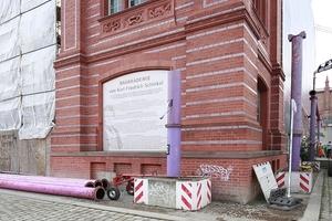 Im Mai 2017 wurden die die Akademie fassenden Pollems-Rohre demontiert. Vielleicht auch, weil man nun endlich mit der Rekonstruktion beginnen möchte? Geld wäre da, ein Konzept allerdings nicht. Womit die Bauakademie im Vergleich zur kaiserlichen Nachbarschaft deutlich im Vorteil ist!