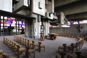 Kircheninnenraum, eher mystisch dämmrig als tageslichthell