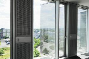 Die Gläser der raumhohen Glaslamellen (3,20 x 1,35 m aus 2 x 10 mm ESG mit innenliegender 1,52 mm PCB-Folie) sind zu 60% bedruckt und erlauben auch in geschlossener Position blendfreie Durchsicht<br />