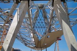 In jeder einzelnen Raute stecken rund 7000 Stunden Planungsleistung, rund 2300 Träger und 12700 Blechzuschnitte. Insgesamt wird das Rautendach über den Bahnsteigen eine Fläche von 25000 m² überdecken