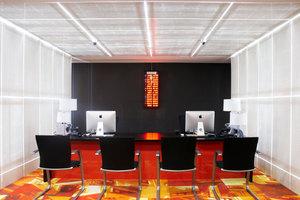 """<div class=""""5.6 Bildunterschrift"""">Der transluzente Beton, bei dem tausende hauchfeiner optischer Fasern das Licht durch die Wandscheiben leiten, kombiniert die Stabilität von Beton mit der Leichtigkeit des Lichts</div>"""