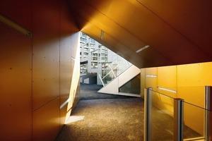 Das Thema Durchgang ist im Gebäude hervorgehoben durch goldene Oberflächen<br />
