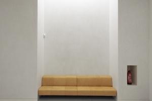 Sitzgruppe auf Foyerebene. Nach kompletter Fertigstellung des 2. BA werden die Besucher von rechts kommend auf die Treppe links zum Allgemeinen Lesesaal stoßen. In Anlehnung an die ursprüngliche Konzeption der Erschließungsachse