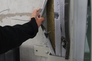 """Improvisierte Fenstermontagen """"vor der Wand"""" sind noch viel zu oft auf Baustellen anzutreffen. Der Nachteil: Solche Ausführungen sind unplanbar, nicht genormt und liefern keine verlässlichen Wärme- und Schallschutzwerte"""
