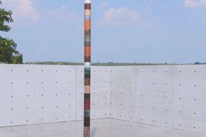 """Der obere Innenhof mit Wasserfläche, darin freistehende """"Axis Mundi, 2008–09. Steine aus allen Kontinenten. 520 x 16 x 16 cm (Kubach-Wilmsen)"""