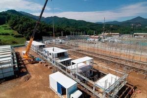 Dreistöckige Fertighäuser sind eine Premiere in Japan. Ungewöhnlich ist das Baumaterial: alte Schiffscontainer. Für den Transport schwerer Güter auf hoher See entwickelt, sind die Stahlmodule robust, einfach stapelbar und halten selbst schweren Erdstößen stand