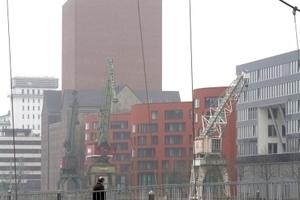 Archivturm und Verwaltungsband hinter Fußgängerbrücke