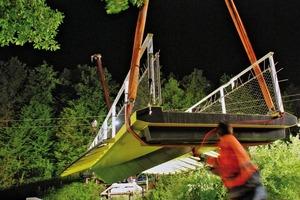 Das knappe Zeitfenster von 3 Stunden in der Nacht reichte am Ende, die vorgefertigte Brücke in die richtige Position zu heben