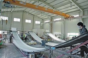 Für die Umsetzung in Architektur wurden glaserverstärkte Kunststoffe (GfK) verwendet. Sie erlauben durch hohe Zugfestigkeit und geringe Biegesteifigkeit große reversible, elastische Verformungen<br />