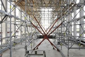 Von rund 9 m hohen quadratischen Stelen gefasster Terrassenraum, der - entgegen vieler anderer Beispiele vergleichbarer Bauten - nicht mit Glas geschlossen wird